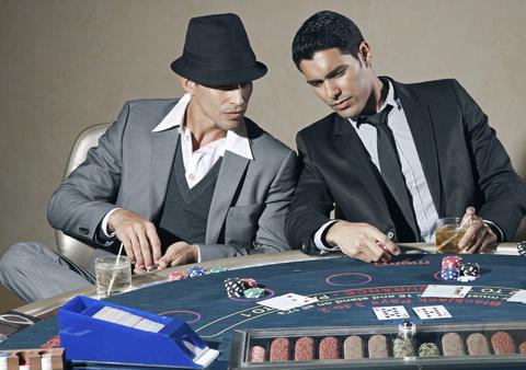 Du vyrai prie kazino stalo