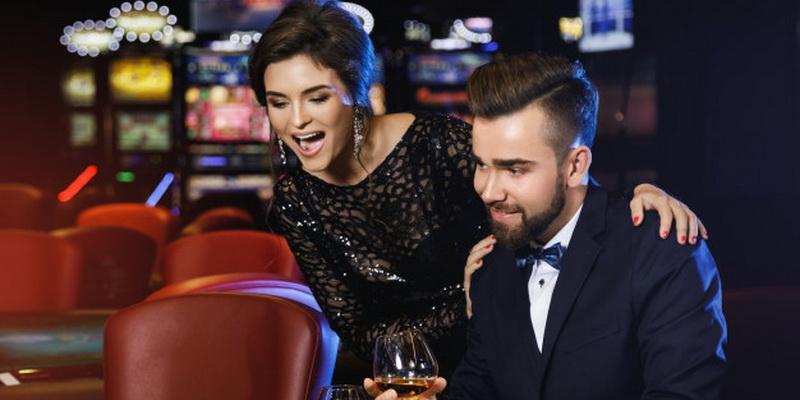 Du žmonės džiaugiasi laimėjimu