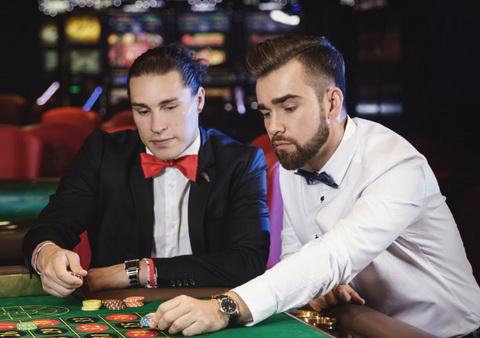 Du žmonės prie ruletės stalo
