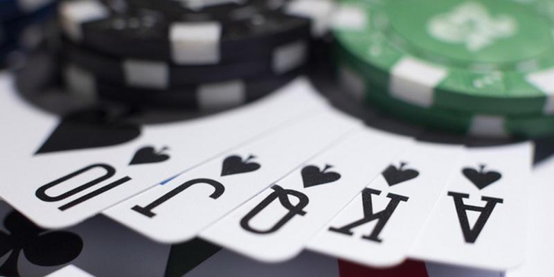 Pokerio azartinis lošimas ir karališka spalva