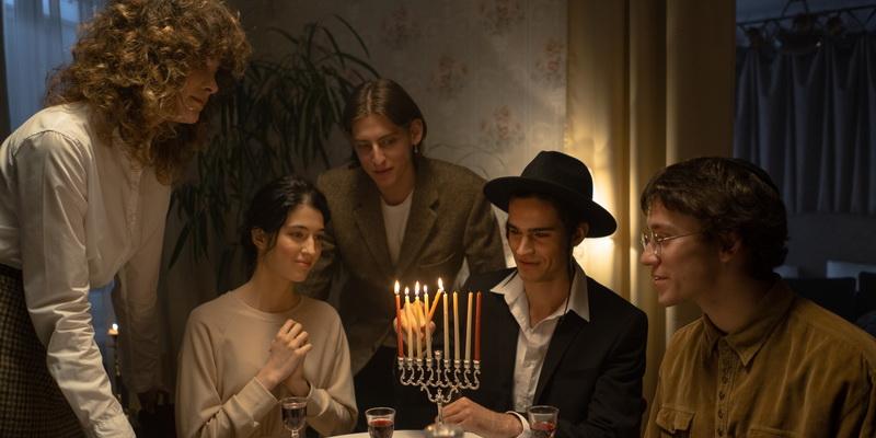 Penkiese prie stalo ir žvakės