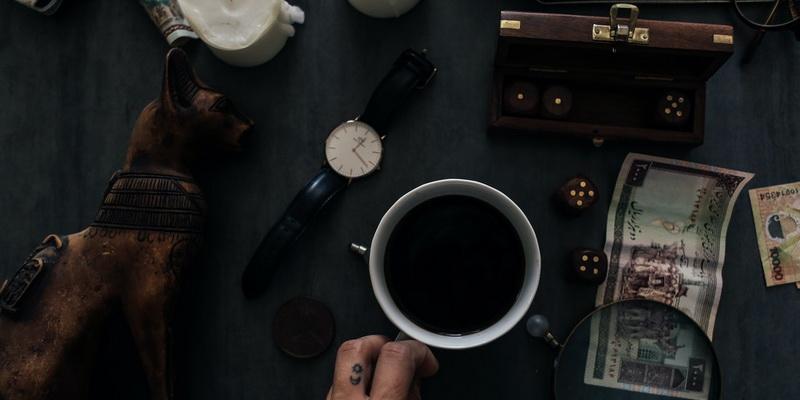 Stalas, kava lagaminas ir pasiruošimas žaidimui